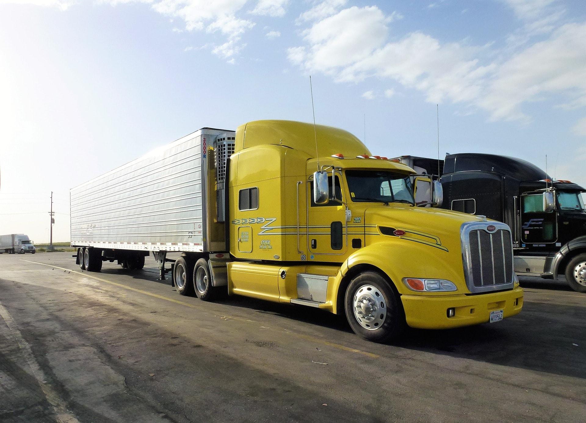 黄色大型トラック
